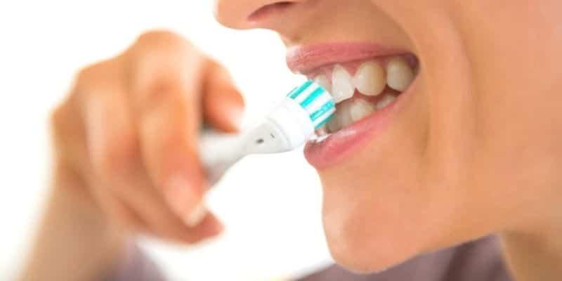 come spazzolare i denti con lo spazzolino elettrico