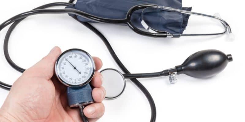 sfigmomanometro e stetoscopio